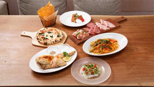テーブルに並べられたイタリアン料理