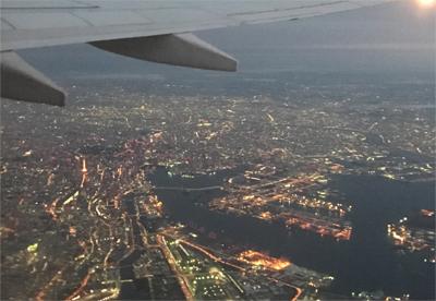 飛行機で上空から街を見下ろしているイメージ