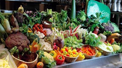 テーブルに並べられた色とりどりの野菜
