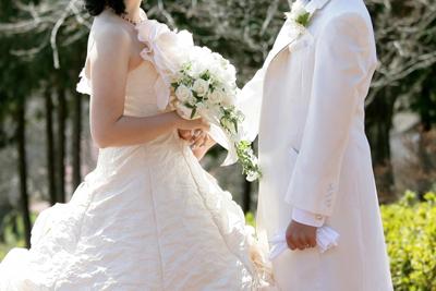 新郎新婦が向き合っている結婚式のイメージ