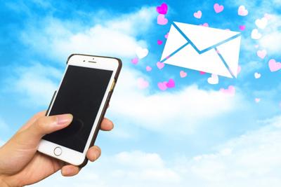 Pairs(ペアーズ)で男性が女性にメールを送っているイメージ